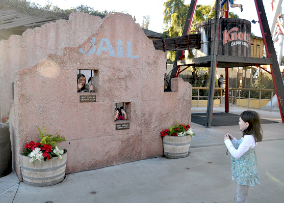 Family Visit With Kids to Knotts Berry Farm Park (1)