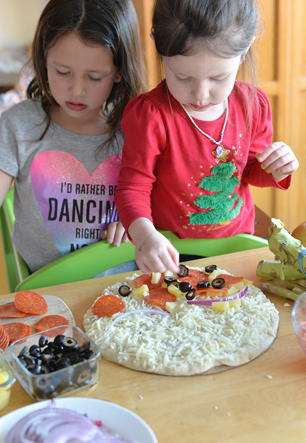 Kids making pizza (1)