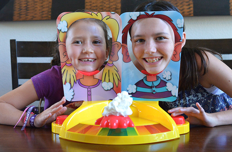 pie-face-showdown-game-hasbro-3